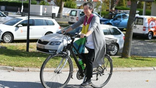 Die Grüne Regina Petrik fuhr stilecht mit dem Rad zum Wahllokal. (Bild: Patrick Huber)