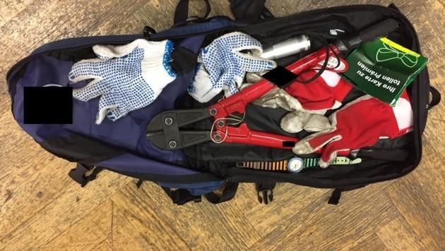 Mit einfachem Werkzeug konnten die Einbrecher die Schlösser der Kellerabteile knacken. (Bild: BPD)