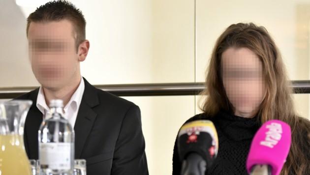 Sohn und Tochter des steirischen Arztes bei einer Pressekonferenz (Bild: APA/HERBERT NEUBAUER)