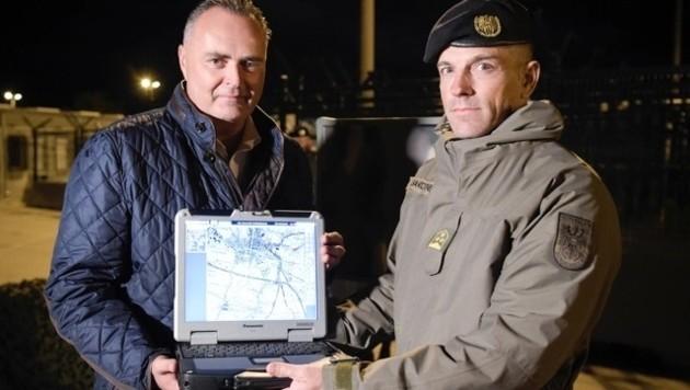 """Doskozil zeigt das Bodenüberwachungsradar """"Beagle"""". (Bild: Bundesheer)"""