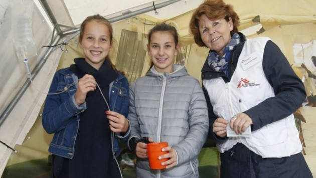 M. Maleh, Präsidentin von Ärzte ohne Grenzen Österreich, erklärt den Schülerinnen ihre Tätigkeit. (Bild: Markus Tschepp)