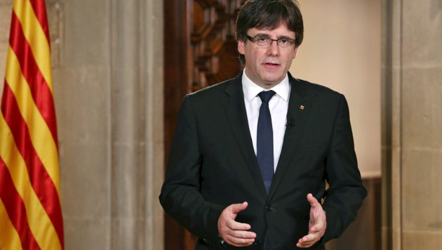 Puigdemont bei seiner TV-Rede (Bild: ASSOCIATED PRESS)