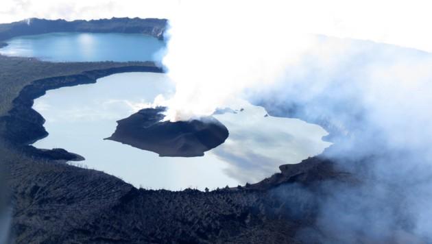 Der in einem See gelegene Vulkan Manaro Voui auf Ambae (Bild: AP/VMGD/GeoHazards Divison)