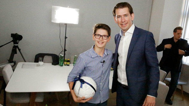 Zum Abschied gab's vom Außenminister einen Fußball für Simon. (Bild: Martin A. Jöchl)