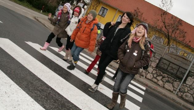 Sind Schüler in Gruppen unterwegs, sinkt ihre Aufmerksamkeit für den Straßenverkehr. (Bild: Markus Schütz)