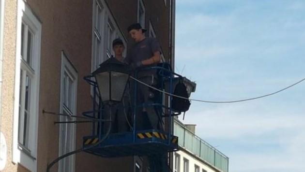 Erfahrene Elektriker montieren erste Kabel (Bild: Sandra Aigner)