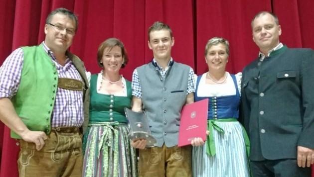 Chef Michael Hausbacher(li) ist stolz auf Tobias Leitner. Der Metalltechniker holte den 3. Platz. (Bild: Schlosserei Hausbacher)