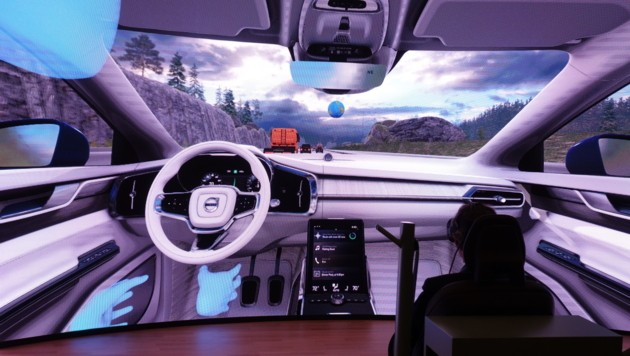 Axel Greiner, Präsident der Industriellenvereinigung OÖ, saß im Simulator für autonomes Fahren. (Bild: Barbara Kneidinger)