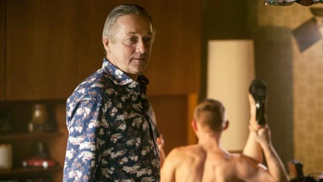 Pornoproduzent Sam Jordan kann nicht fassen, dass ihn die Kommissare bei seinen Dreharbeiten stören. (Bild: ORF)