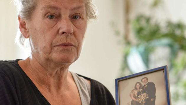 Witwe Ingrid Sch. (58) mit einem Foto, das ihre Hochzeit mit Helmuth (61) zeigt. (Bild: Markus Wenzel)