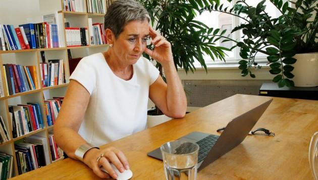 Ein Glas Wasser, konzentrierter Blick: Ulrike Lunacek schloss den Online-Test nach 53 Minuten ab. (Bild: Martin A. Jöchl)