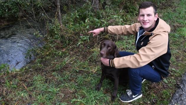 Herrchen Thomas zeigt mit seinem Hund Aron die Unfallstelle. (Bild: Zoom.Tirol)