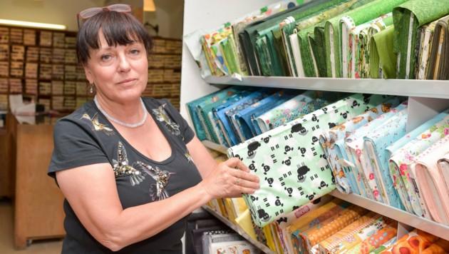 """""""Wir haben uns auf Baumwollstoffe und Kinderdrucke spezialisiert"""", sagt Susanne Horner. (Bild: Harald Dostal)"""