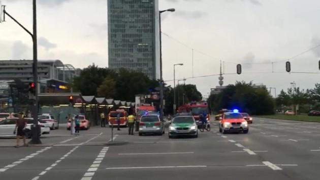Großaufgebot der Einsatzkräfte vor dem Olympia-Einkaufszentrum in München