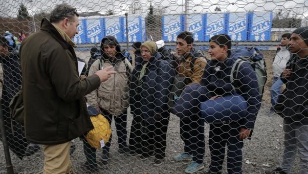 """""""Krone""""-Reporter Christoph Matzl im Gespräch mit Flüchtlingen (Bild: Klemens Groh)"""