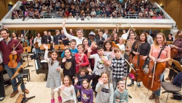 Lisi, Ezoh, Philharmonie-Mitwirkende & Riesenchor bei der Probe, das ganze Orchesterhaus als Bühne (Bild: Neumayr)