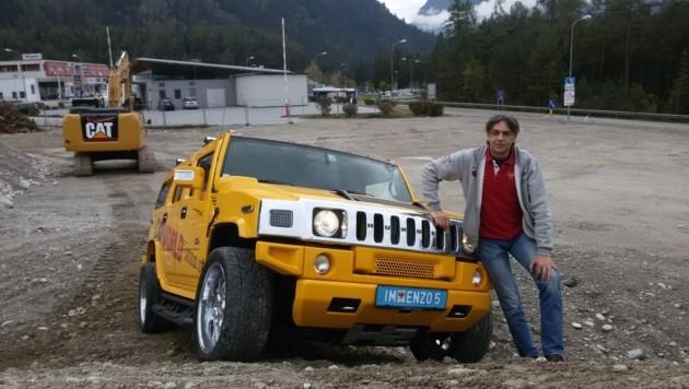Hannes Veitl mit seinem Hummer auf dem Bauplatz. (Bild: Andreas Moser)