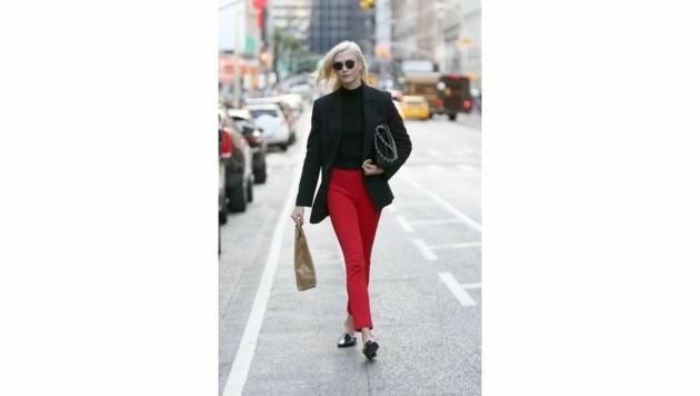 Karlie Kloss ist sehr schick mit schwarzem Blazr und roter Hose in New York unterwegs. (Bild: www.PPS.at)
