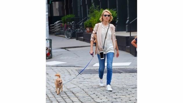 Naomi Watts lässig mit Jeans, Sneakers und einem hellrosa Blazer beim Gassi gehen mit ihrem Hund (Bild: www.PPS.at)