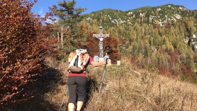 Das Gipfelkreuz am kleinen Monte Re zeugt vom Bergbau im italienischen Ort Cave del Predil (Bild: Hannes Wallner)