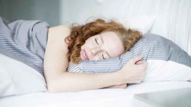 Im Herbst und Winter steigt das Schlafbedürfnis oft an. (Bild: drubig-photo/stock.adobe.com)