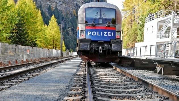 """Bei der Eröffnung fuhr eine Lok im flotten """"Polizei-Look"""" ein. (Bild: Christof Birbaumer)"""
