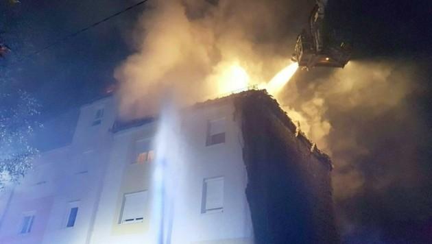 Mit Wasserwerfern rückten die Einsatzkräfte dem lodernden Feuer zu Leibe. (Bild: APA/FF ST. P…LTEN)