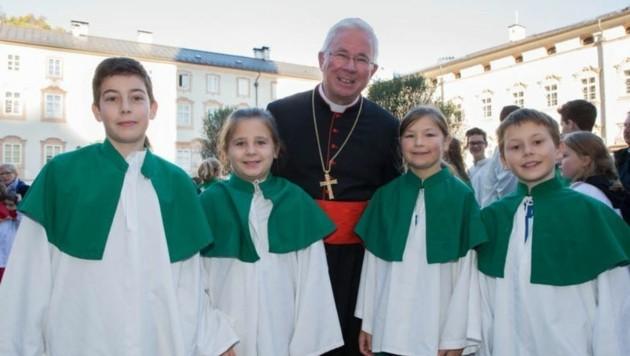 Erzbischof mit Paul, Magdalena, Judith und Simon (Neumarkt) (Bild: Neumayr)