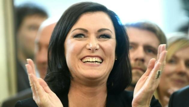 ÖVP-Generalsekretärin Elisabeth Köstinger jubelt. (Bild: APA/ROBERT J?GER)