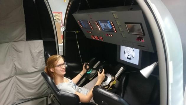 Am Simulator einer Sojuskapsel muss Possnig mit ihren Probanden Flüge ins Weltall simulieren. (Bild: Possnig)