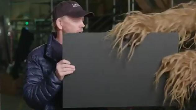 """Ron Howard gibt mit Hilfe von Chewbacca den Titel des neuen """"Star Wars""""-Streifens bekannt. (Bild: twitter.com/RealRonHoward)"""