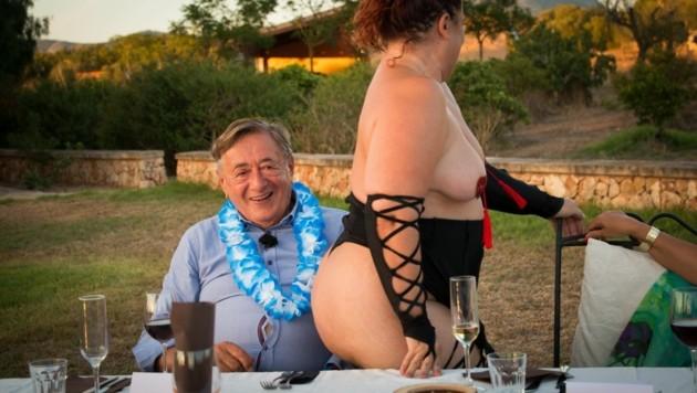 Die Striptease-Überraschung zaubert Richard Lugner ein Lächeln ins Gesicht. (Bild: ATV)