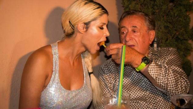 Richard Lugner füttert Nacktschnecke Micaela Schäfer (Bild: ATV)