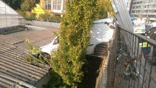 Der Kastenwagen blieb mit den Vorderrädern auf einem Gebäudedach hängen. (Bild: MA 68 Lichtbildstelle)