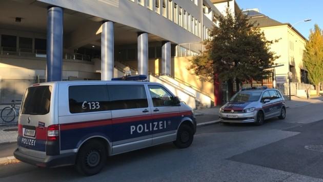 Die Polizei war rasch zur Stelle an der Klinik. (Bild: zeitungsfoto.at)