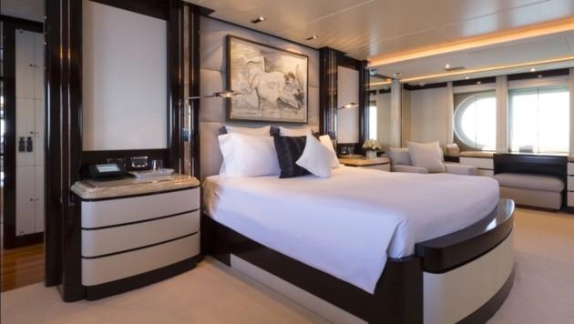 Auch das Schlafzimmer besticht durch Luxusausstattung. (Bild: www.edmiston.com/yacht-brokerage/yachts/princess-too)