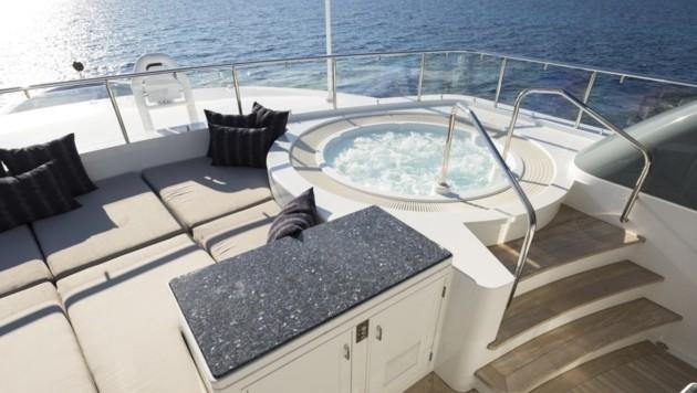 Auf der Sonnenterrasse gibt es sogar einen Whirlpool. (Bild: www.edmiston.com/yacht-brokerage/yachts/princess-too)