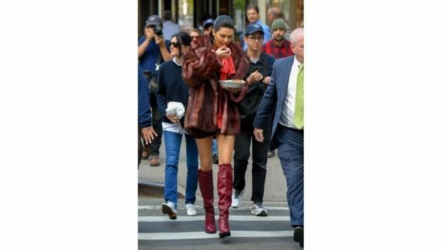 Kendall Jenner setzt ihre schlanken Beine mit weinroten Stiefeln in Szene. (Bild: www.PPS.at)