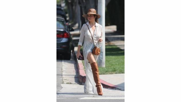 Hippie-Chic kriegt Chrissy Teigens Outfit dank brauner Overknee-Stiefel und passendem Hut. (Bild: www.PPS.at)