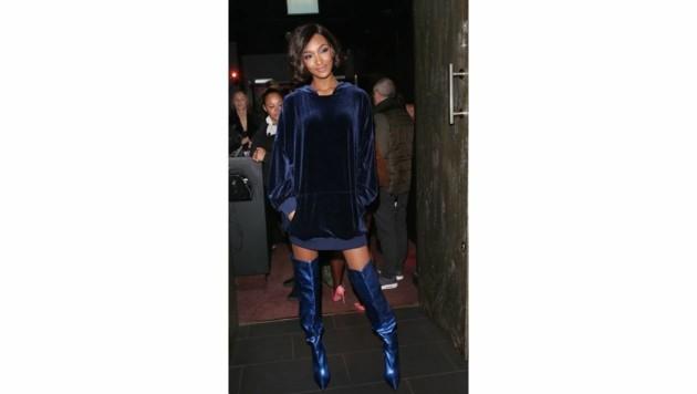 Jourdan Dunn kombiniert einen XXL-Samtsweater zu blauen Overnkee-Stiefeln. (Bild: www.PPS.at)