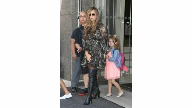 Jessica Alba kombiniert ihre Overknee-Stiefeln mit süßen Flatterkleidchen. (Bild: www.PPS.at)