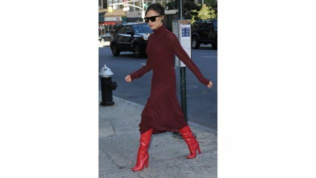 Sehr fesch! Victoria Beckham trägt feuerrote Stiefel zum weinroten Kleid. (Bild: www.PPS.at)