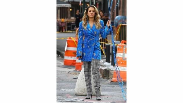 Rita Ora träft zum Blazer Overknee-Stiefel mit Glencheck-Muster. (Bild: www.PPS.at)