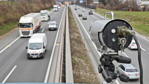Video-Kameras auf den Autobahn-Brücken zeichnen das Fahrverhalten von Pkw- sowie Lkw-Lenkern auf. (Bild: Christof Birbaumer/Kronenzeitung)