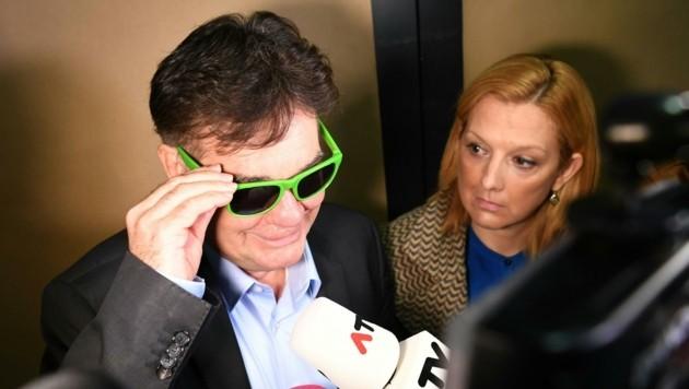 Kogler mit quietschgrüner Brille vor der Sitzung (Bild: APA/HELMUT FOHRINGER)
