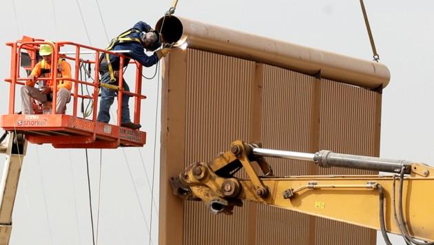 Arbeiter beim Aufstellen eines Prototypen (Bild: AP)