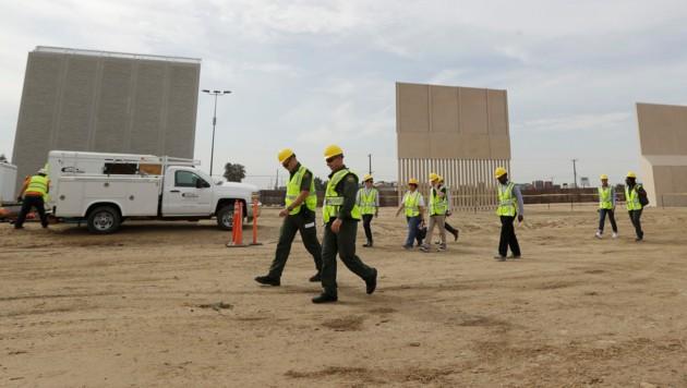 Prototypen für eine Mauer wurden bereits aufgestellt - hier bei der mexikanischen Grenzstadt Tijuana. (Bild: AP)