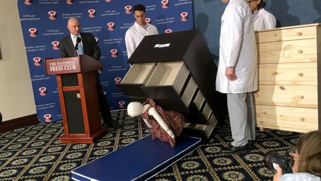 Livevorführung bei einer Pressekonferenz zum Megarückruf der Kommoden in den USA (Bild: AFP)
