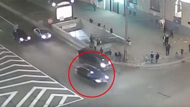 Die 20-Jährige raste über eine rote Ampel und erfasste diesen Volkswagen mit voller Wucht. (Bild: VKontakte, YouTube.com)