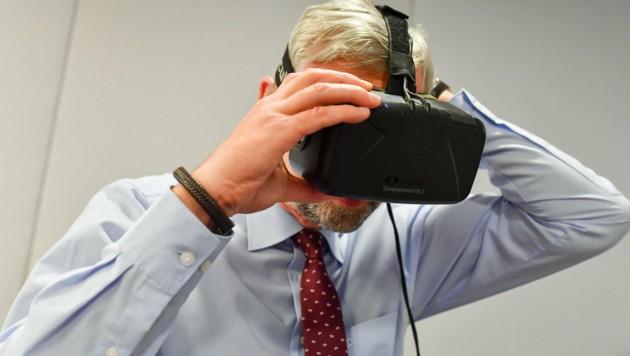 LH-Vize Michael Strugl (ÖVP) auf Entdeckungsreise in der Virtual Reality. (Bild: © Harald Dostal / 2017)